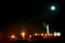 """Нощна снимка на мемориалът """"Бранителите на Стара Загора"""" с каменното Самарско знаме и неговите бранители"""